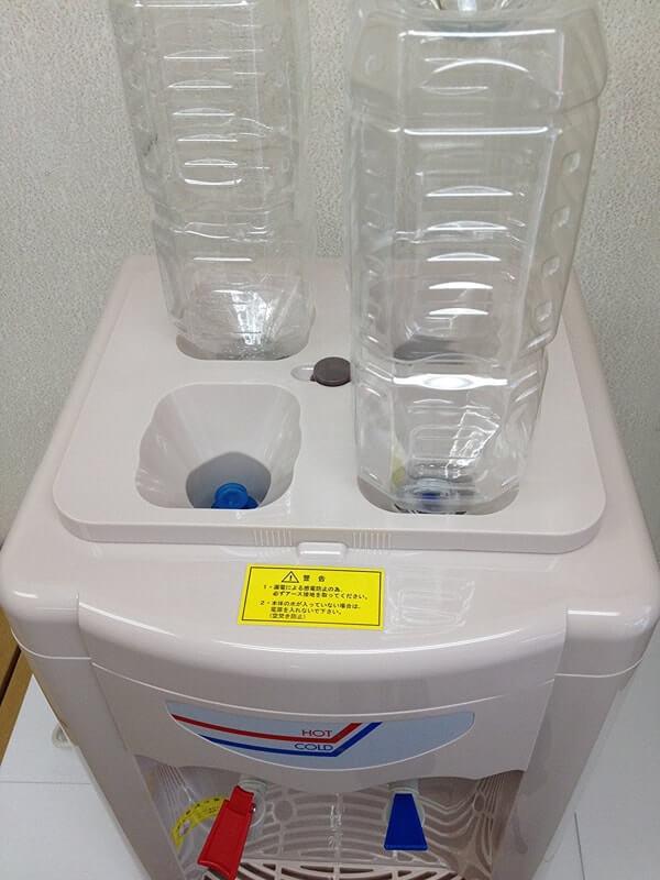 ペットボトルが4本も一度に設置できる画期的な簡易製ペットボトルサーバー