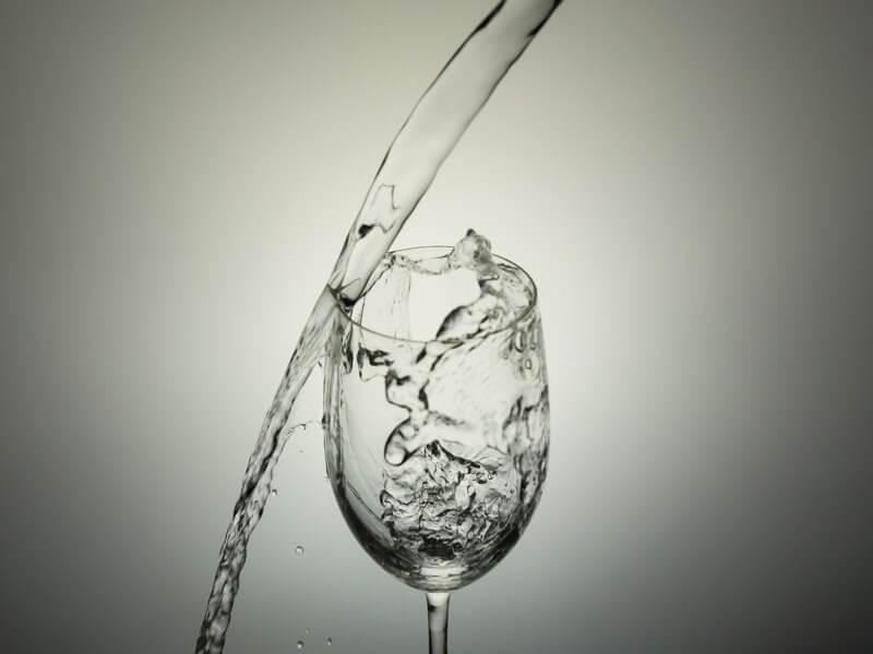 お水を飲むことで一番手軽で確実な解消方法です。