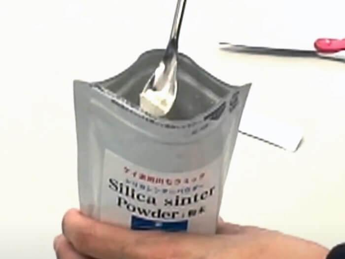 同封のスプーンを使いケイ素を取り出す