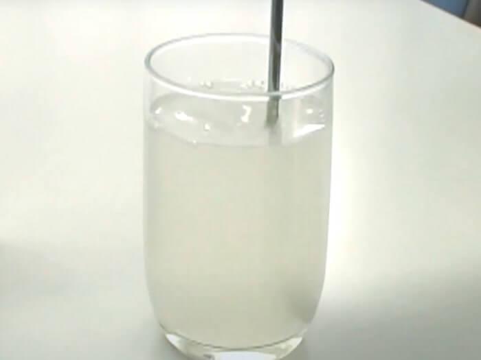 軽く混ぜてシリカ水の完成