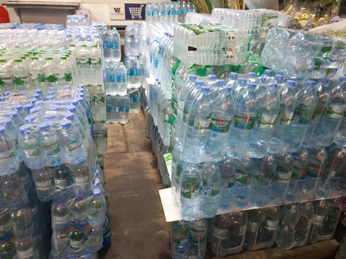 タイの地元スーパーで見つけたまとめ売りペットボトル水